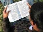 lendo a biblia